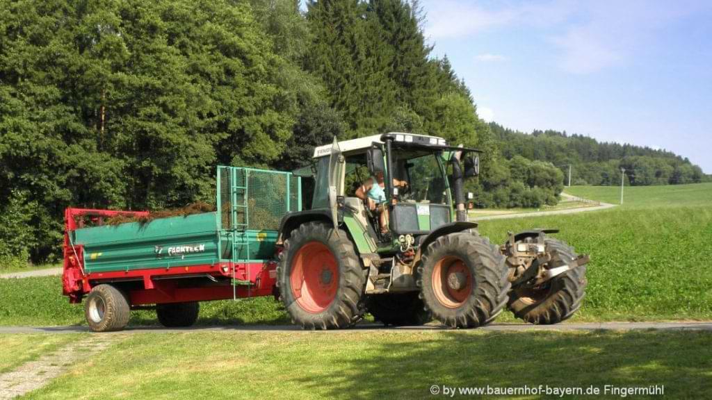 Urlaub auf dem Bauernhof in Bayern Traktor fahren